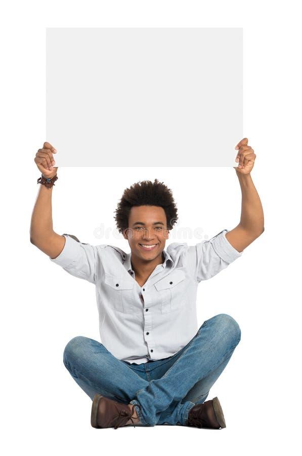 Удовлетворенный африканский человек с знаком стоковое изображение rf