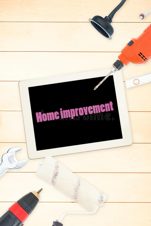 Улучшение дома против инструментов и таблетки на деревянной предпосылке иллюстрация штока