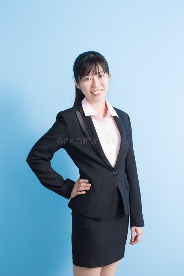 Улыбка бизнес-леди к вам стоковое фото rf