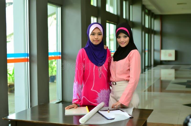 Улыбка бизнес-леди Muslimah стоковое фото rf