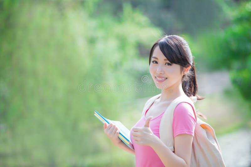 Улыбка молодой женщины к вам стоковое фото
