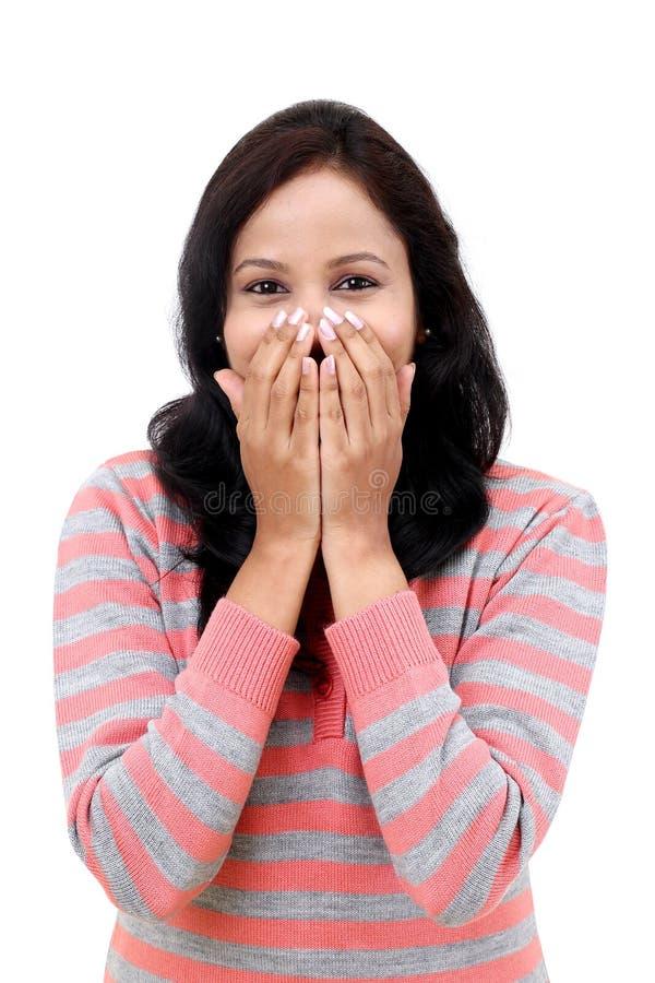 Улыбка молодой женщины счастливая покрывает ее рот стоковые изображения rf