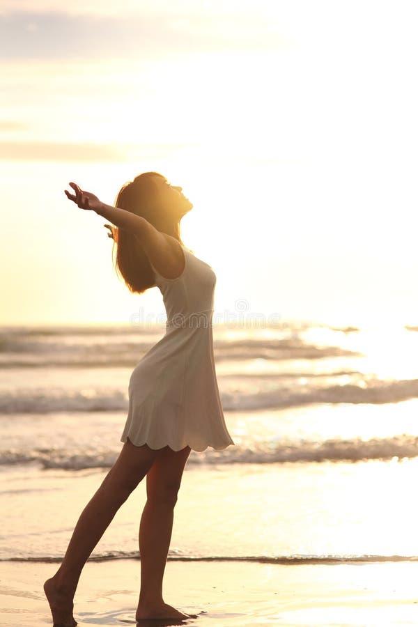 Улыбка свободная и счастливая женщина стоковое изображение rf