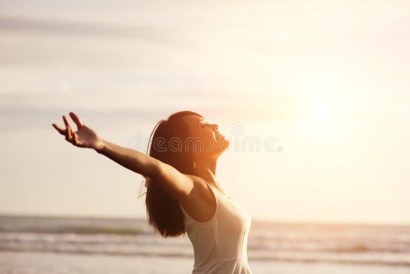 Улыбка свободная и счастливая женщина стоковое фото rf