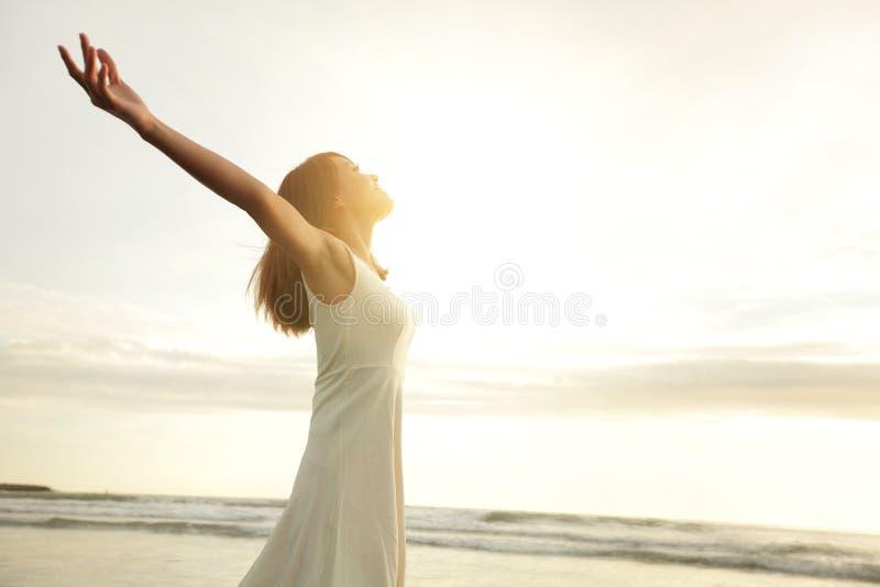 Улыбка свободная и счастливая женщина стоковые фото