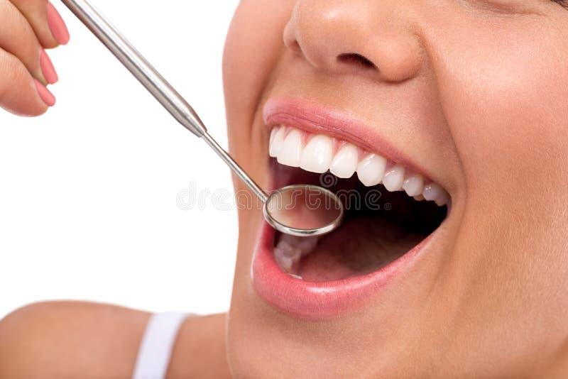Улыбка с зеркалом дантиста стоковая фотография rf