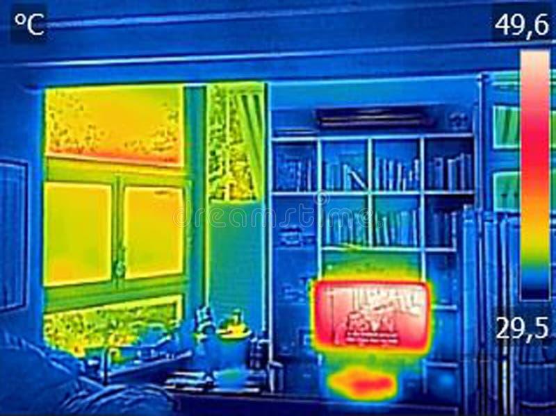 Ультракрасное изображение thermovision показывая heated ТВ и окно в th стоковые изображения rf
