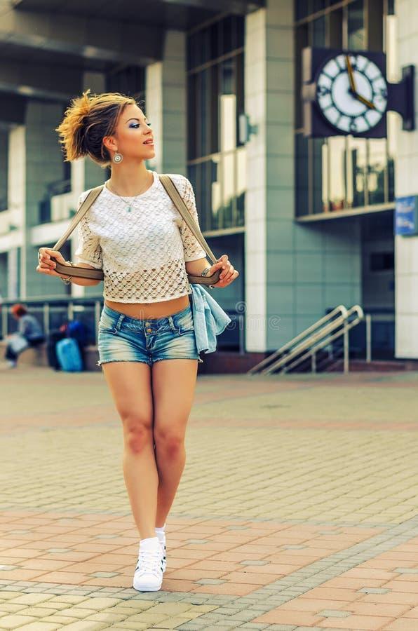 Ультрамодная девушка битника на городской предпосылке стоковая фотография rf