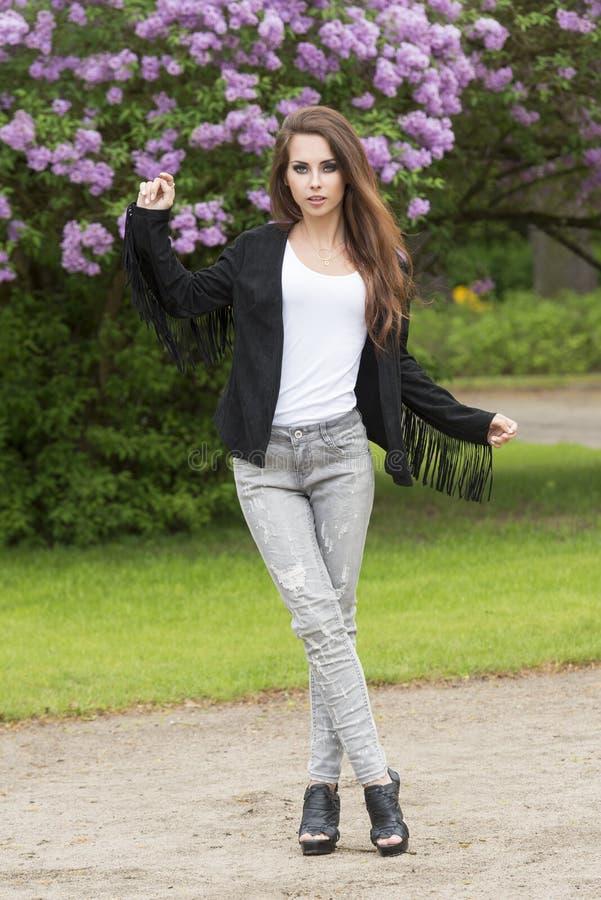 Ультрамодная девушка в представлении моды стоковые фотографии rf