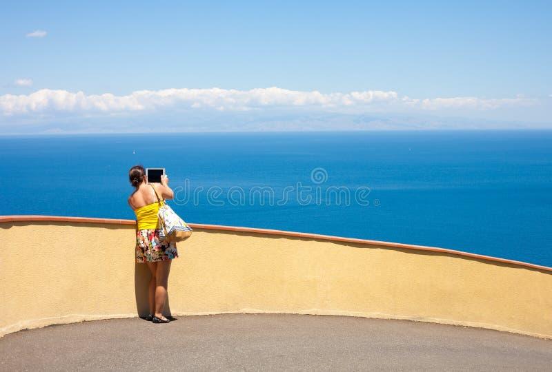 Ультрамодная девушка с таблеткой стоковые фотографии rf