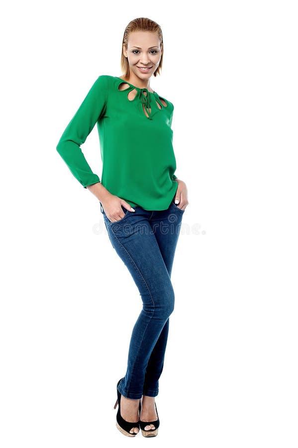 Ультрамодная молодая женщина, вскользь портрет. стоковое изображение rf