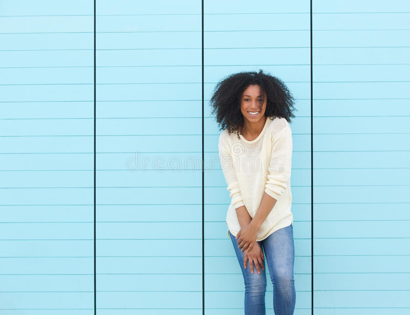 Ультрамодная молодая женщина усмехаясь outdoors стоковая фотография