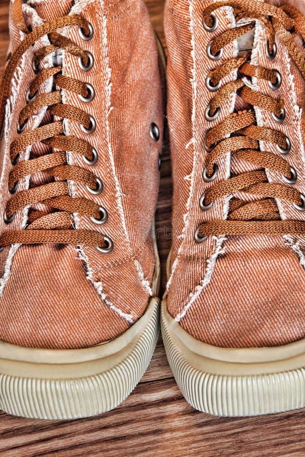 Ультрамодные ботинки и шнурки спортзала принятые крупный план стоковые фото