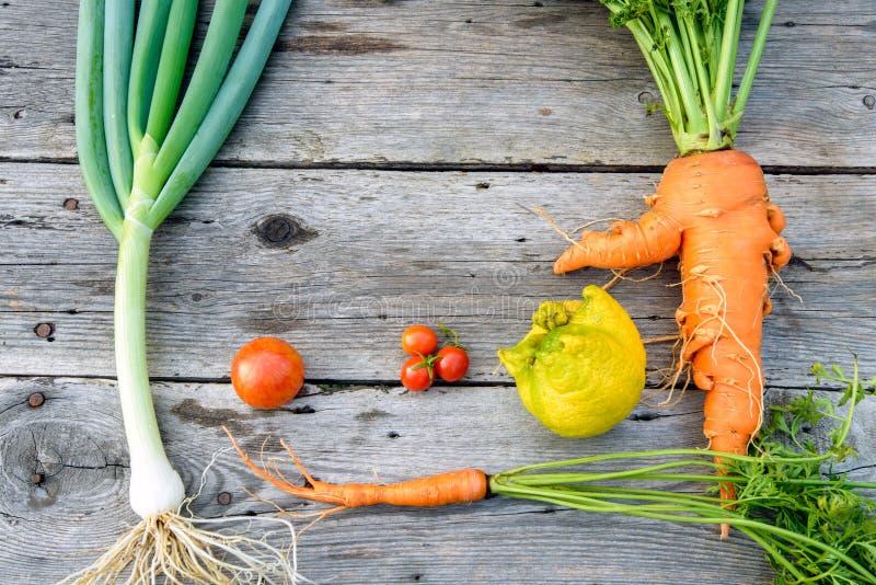Ультрамодные овощи на древесине амбара стоковые фотографии rf