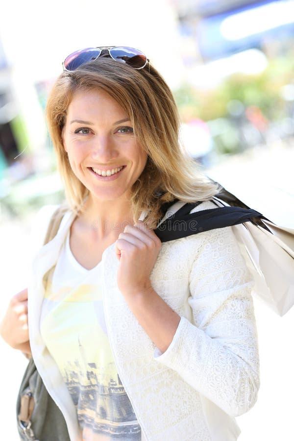Ультрамодные покупки молодой женщины в улицах стоковая фотография rf
