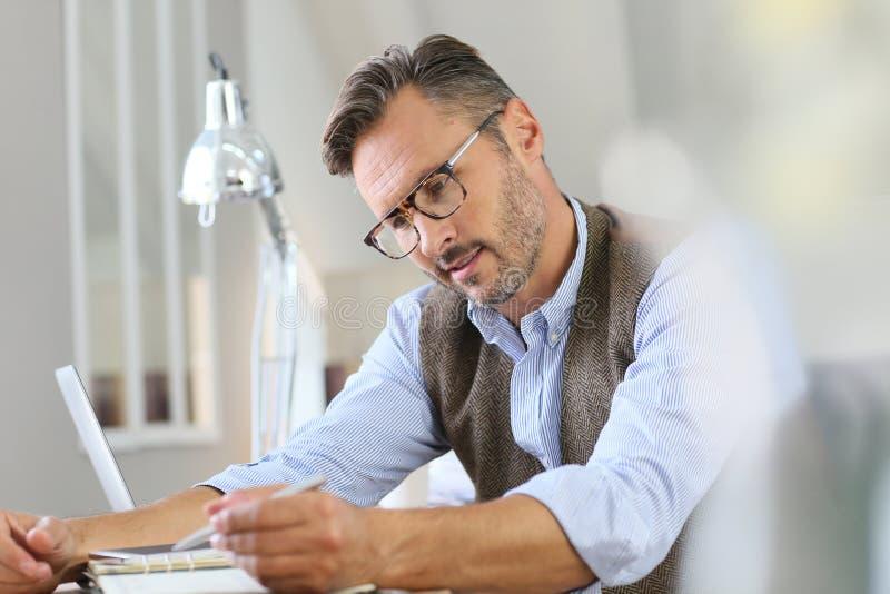 Ультрамодный бизнесмен делая примечания в повестке дня стоковые фотографии rf