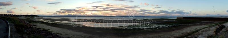 Ультра широко панорамный взгляд захода солнца от гавани Nairn стоковые изображения