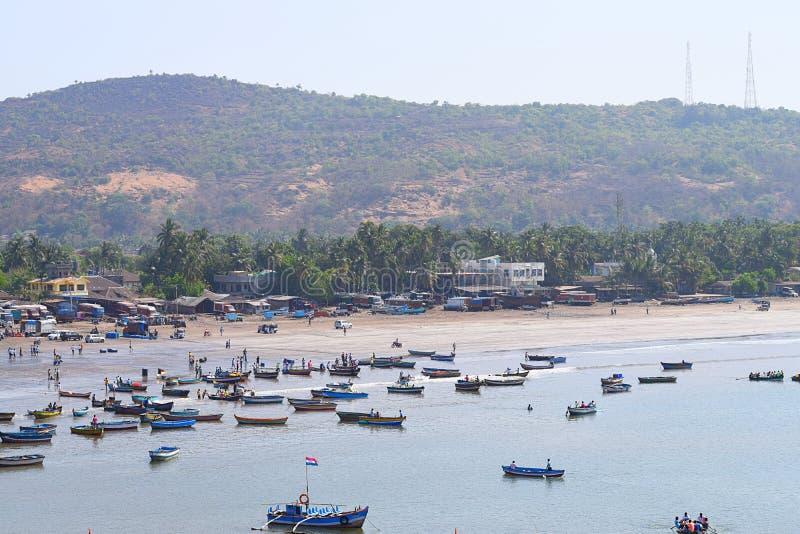 Удя гавань на Harnai, Dapoli, Индии - порте, пляже, и пригорке стоковое изображение rf