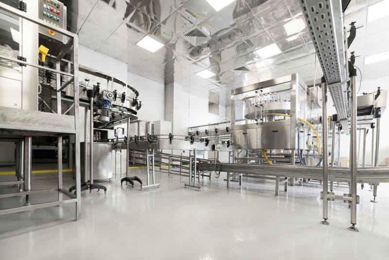 Фабрика для разливая по бутылкам алкогольных напитков стоковая фотография rf