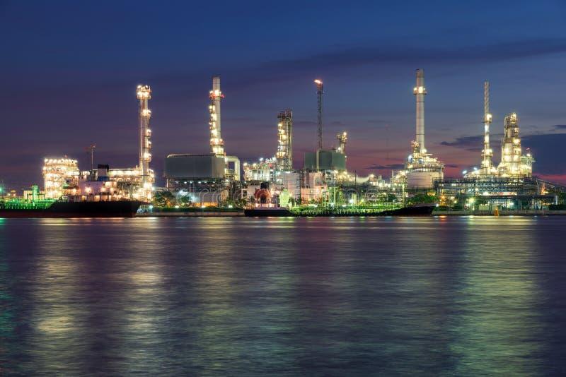 Фабрика или нефтехимический завод нефтеперерабатывающего предприятия в утре стоковые фотографии rf
