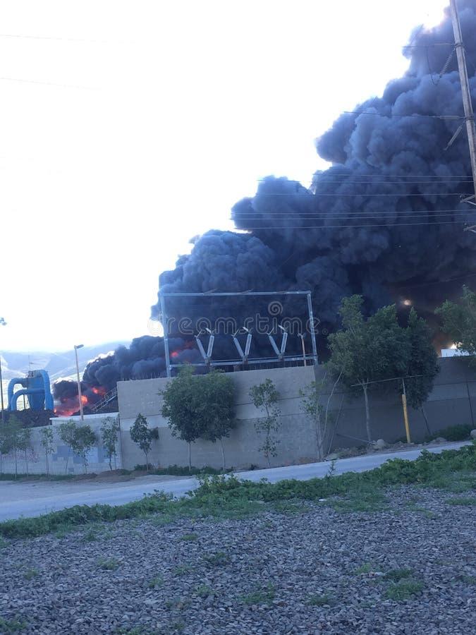 Фабрика на огне стоковые изображения rf