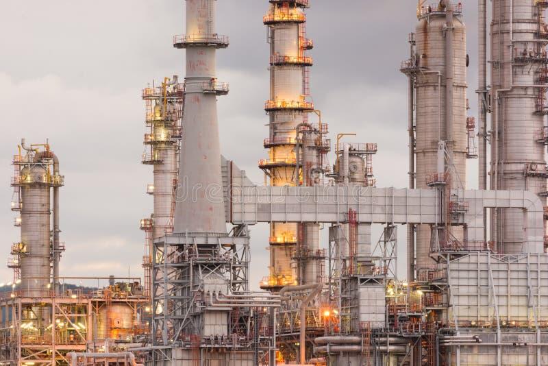 Фабрика нефтеперерабатывающего предприятия в восходе солнца утра стоковые изображения rf