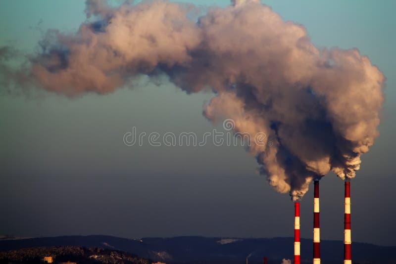 фабрика пускает дым по трубам стоковая фотография