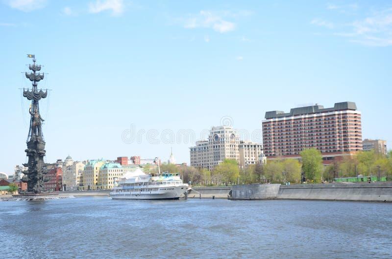 Фабрика Krasniy Oktyabr и памятник к Питеру большой в Москве стоковые изображения