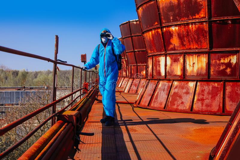 Фабрики завода rast bitmask facemask маскировки пакета стороны маски человека катастрофа экологической защитной общей голубой ора стоковое фото rf