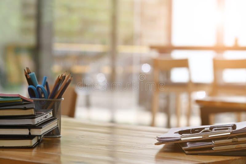 Файлы бумажных документов и оборудование для ручки на деревянном столРстоковое изображение