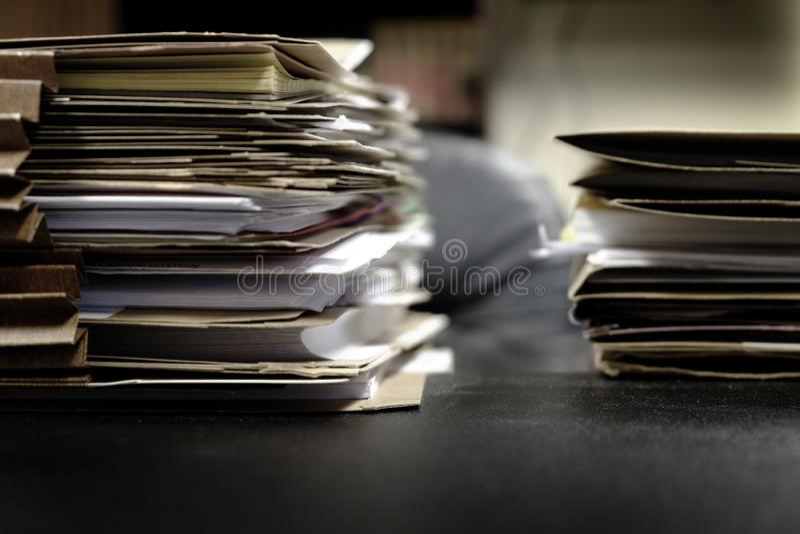 Файлы на папках работы дела стола для организуя бумаг стоковое фото rf