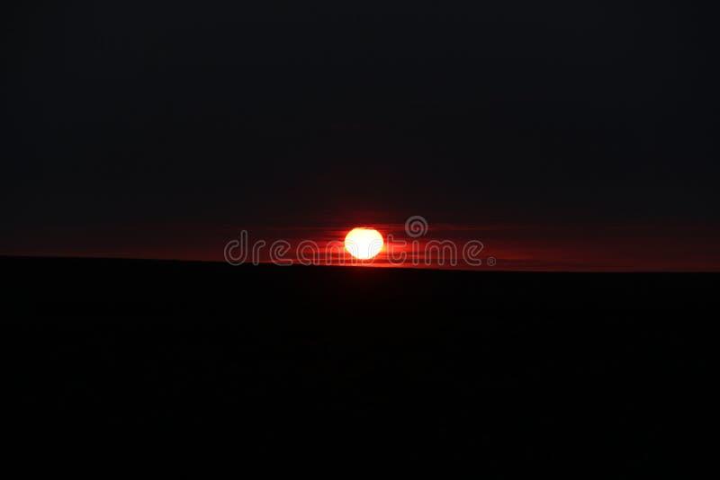 Файрбол в темном небе стоковые фото