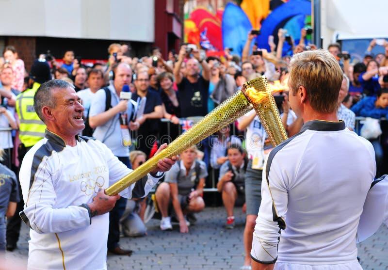 факел london 2012 подателей олимпийский стоковые фотографии rf