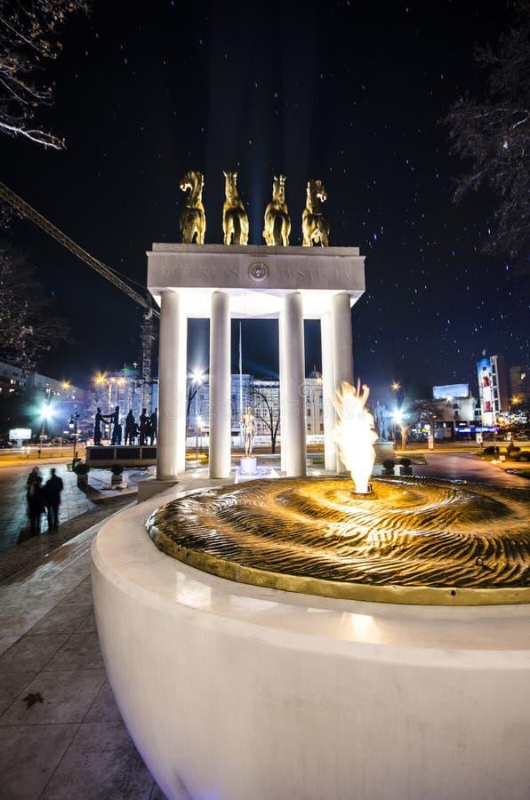Факел огня скопья, македонии и памятник мрамора героев стоковые фотографии rf