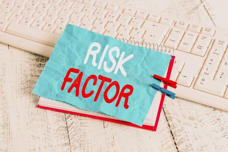 Фактор риска при записи текста в Word бизнес-концепция для поведения условия или других факторов, повышающих опасность ноутбука стоковое изображение