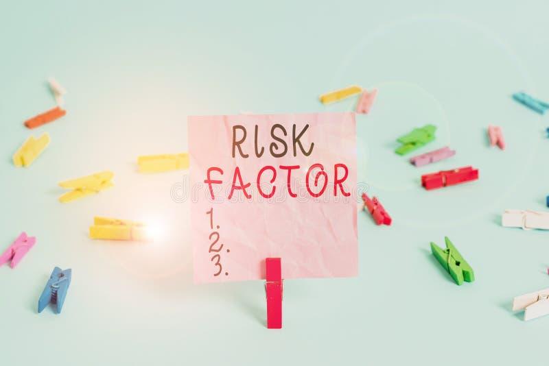Фактор риска рукописного текста Понятие означает поведение условия или другой фактор, повышающий опасность стоковые изображения rf