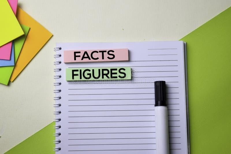 Факты и диаграммы отправляют SMS на таблице стола офиса взгляда сверху рабочего места дела и объектов дела стоковое фото rf