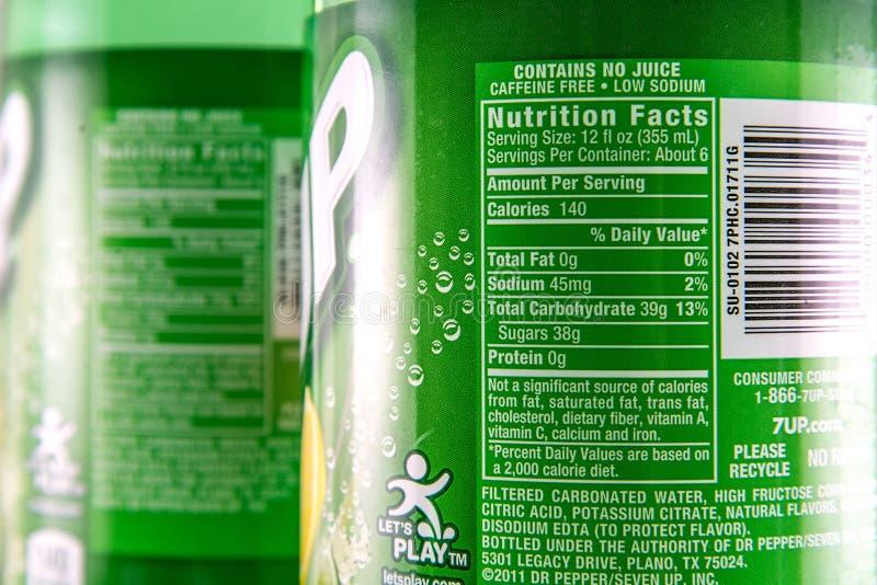 Факты питания на бутылке 2 литров 7 вверх по продукту стоковое фото rf