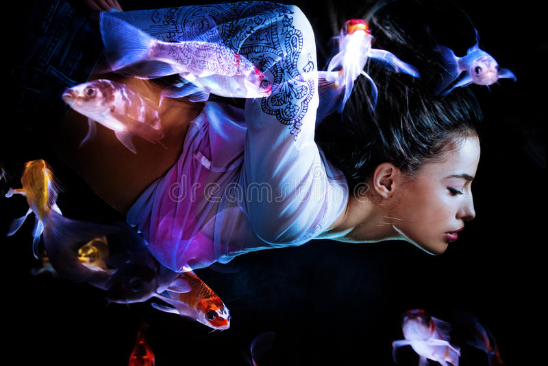 фантазия подныривания удит женщину