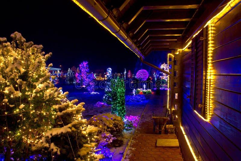 Фантазия рождества - деревянная дом в светах стоковые фотографии rf
