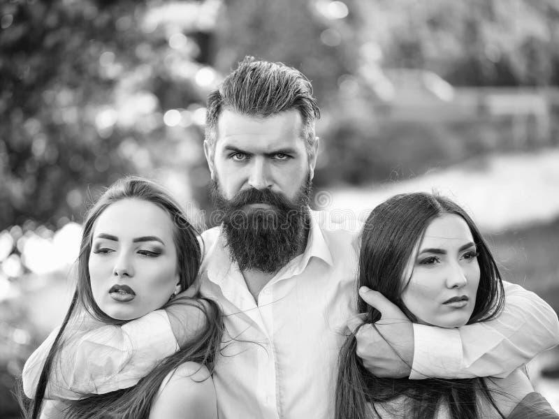 Фантазия секретов пар Бородатый человек и 2 женщины внешних стоковое изображение rf