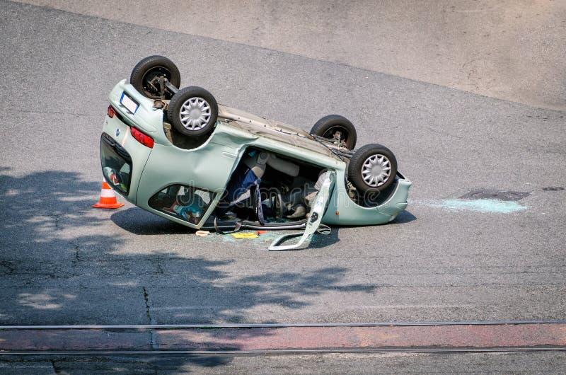 Фантастическая автомобильная катастрофа при разрушенный автомобиль стоковая фотография rf