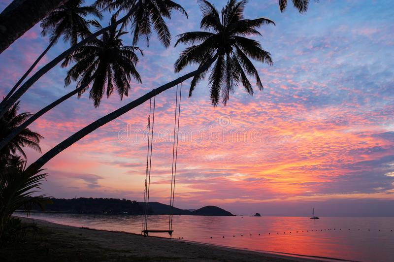 Фантастические облака и небо захода солнца над тропическим островом стоковая фотография rf
