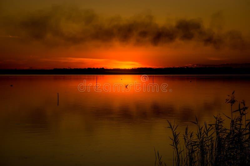 Фантастический ландшафт, multicolor небо над озером величественный восход солнца Польза как предпосылка стоковое фото rf