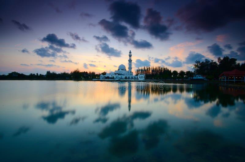 Фантастический вид во время захода солнца мечети Tengku Tengah Zaharah в terengganu Малайзии стоковое изображение rf