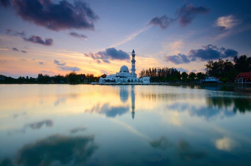 Фантастический вид во время захода солнца мечети Tengku Tengah Zaharah в terengganu Малайзии стоковое фото