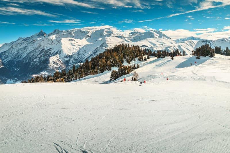 Фантастический высокогорный ландшафт зимы с лыжей склоняет, Франция, Европа стоковая фотография rf