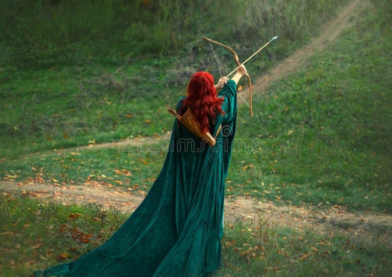 Фантастический характер, яркое фото, самый лучший стрелок женщины храбро и отважно идут поохотиться, рыжеволосая девушка стоковые фотографии rf