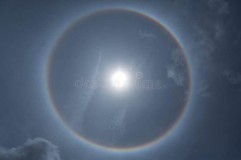 Фантастическое красивое явление гало солнца или солнце с циркуляром стоковая фотография rf