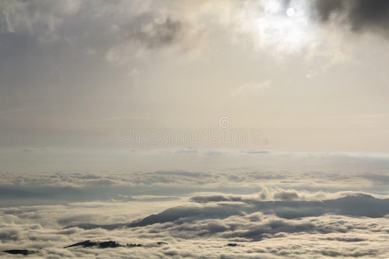 Фантастическое широкое взгляд сверху долины горы заполнило с белым puf стоковые фото